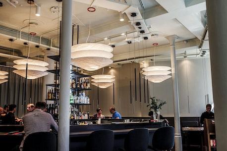 Sticks'n'Sushi Restaurant, Cambridge, London, set indefra, Bar, Lamper, Indretning